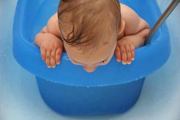 how to clean baby bath tub using baking soda
