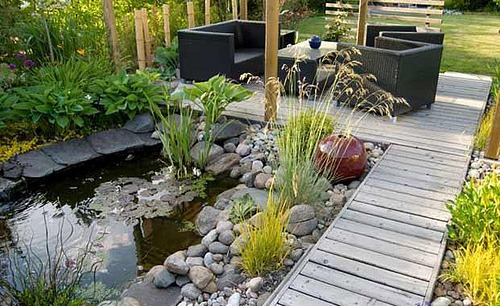 Rock landscaping ideas how to use rocks gravel for Installing river rock landscaping