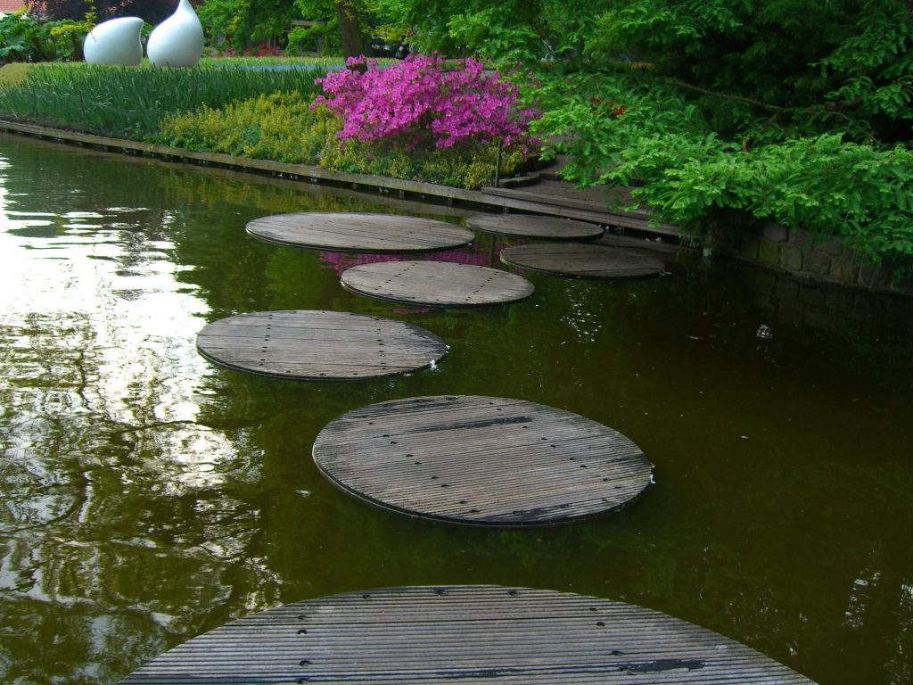 Stepping stone walkway design ideas for your backyard - Stepping stones for walkways ...