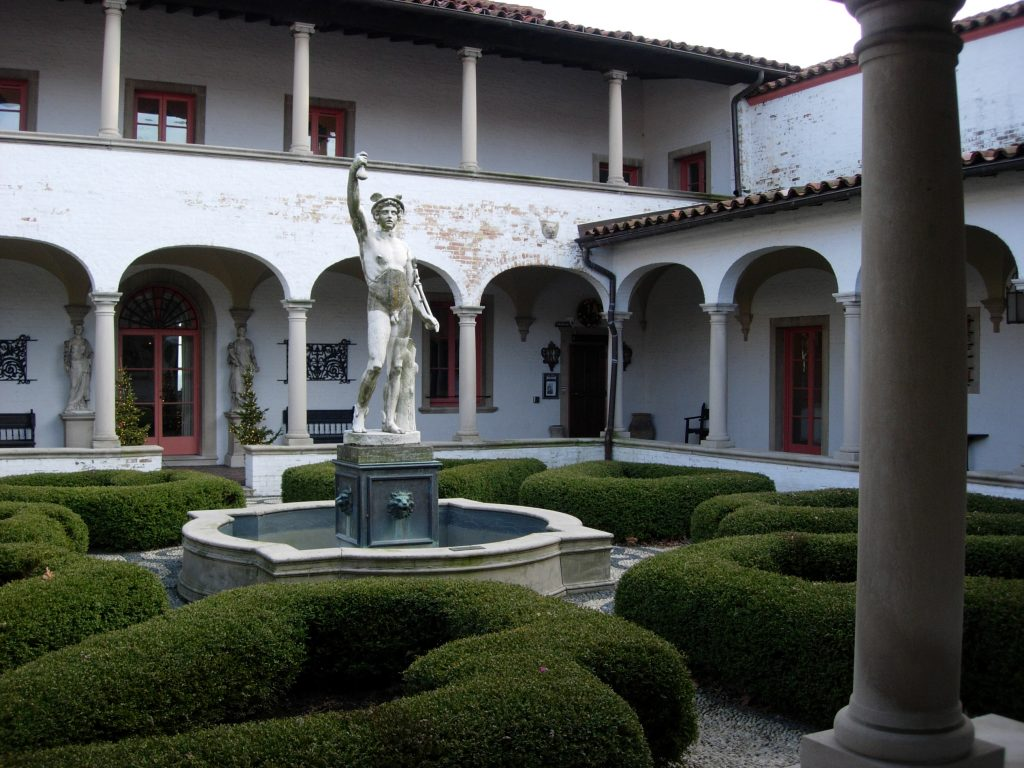 How to Create or Decorate a Courtyard