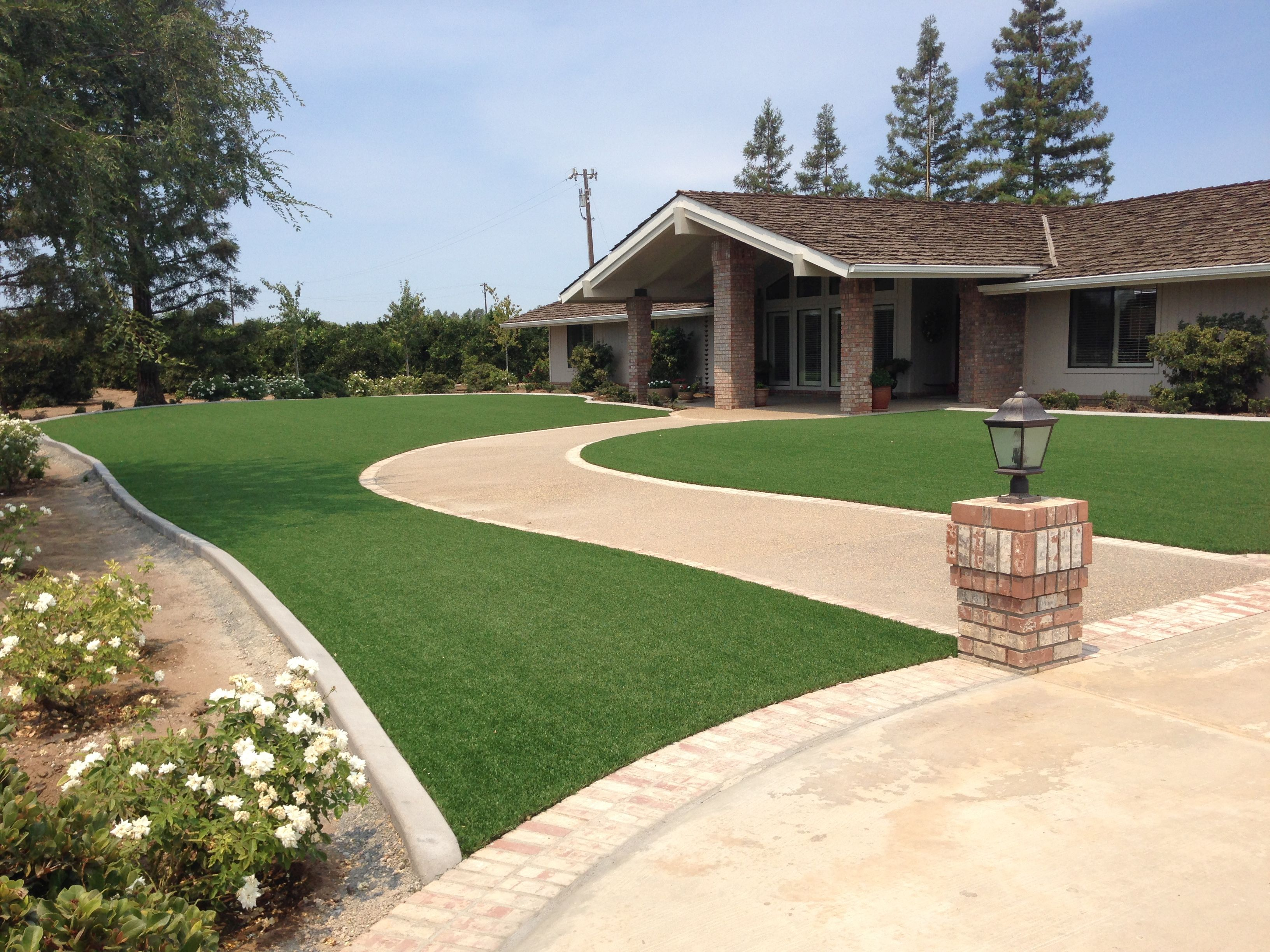 7 landscape edging ideas for artificial grass lawns for Garden design ideas artificial grass