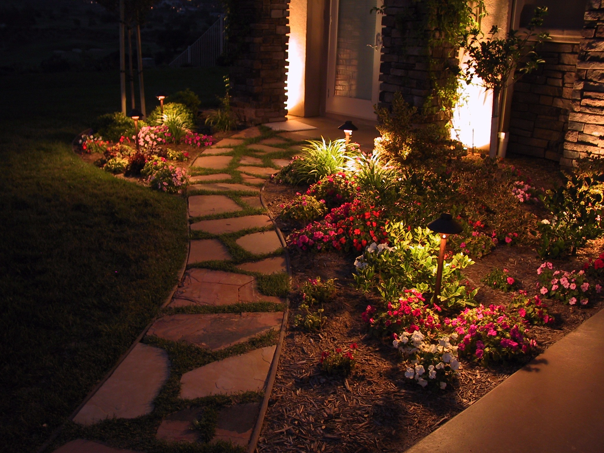 5 pathway lighting tips ideas walkway lights guide - Leds exterior para jardin ...