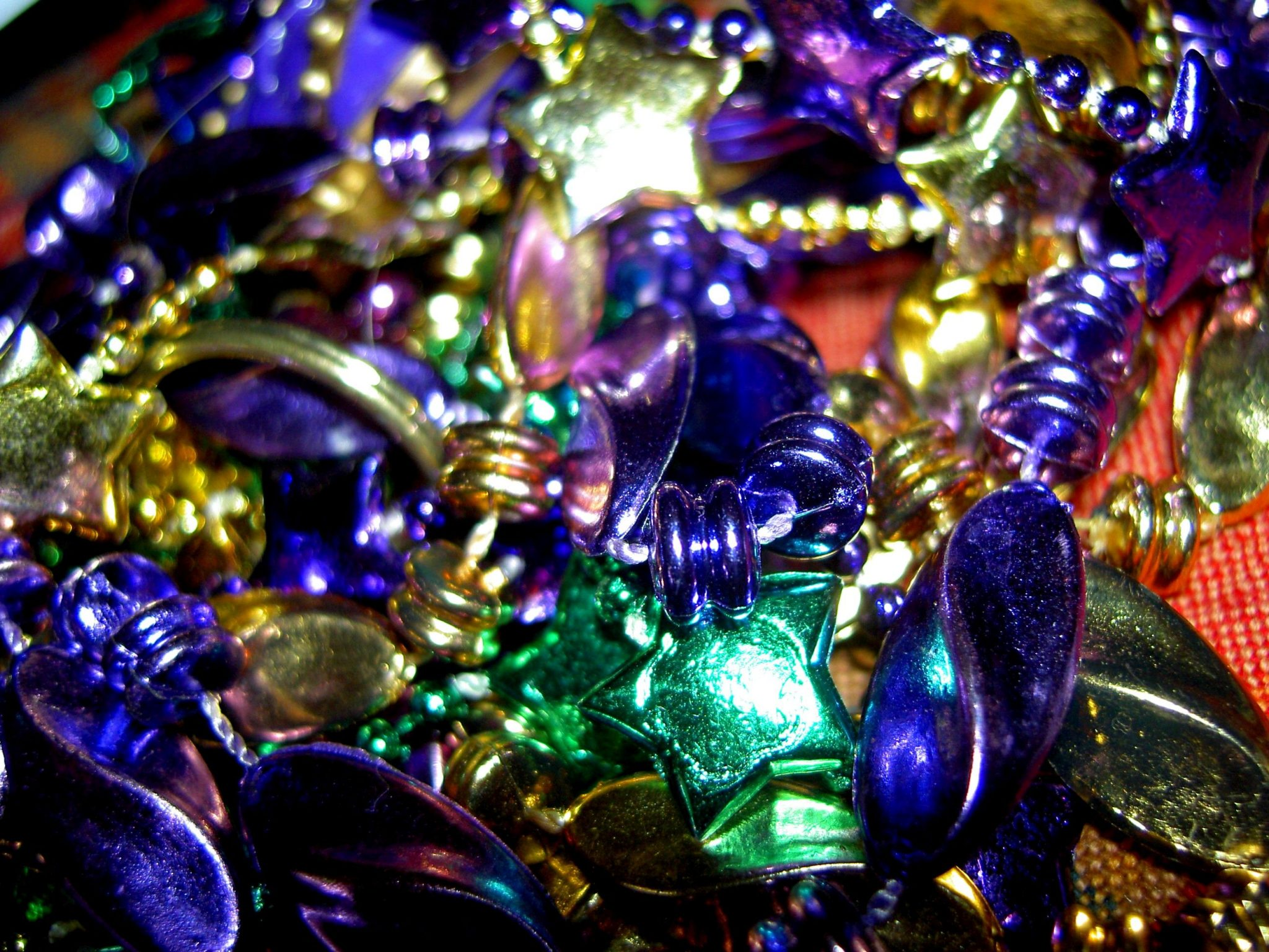 How to Host a Backyard Mardi Gras Theme Party